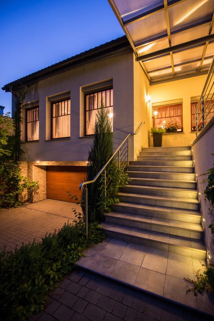 iluminar la entrada de la casa