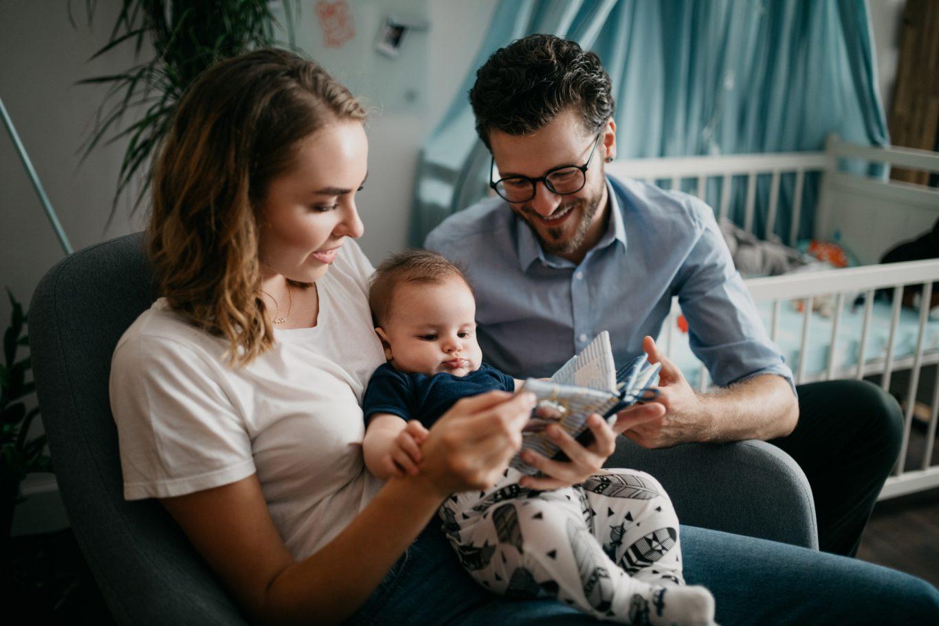 padres leyendo al bebe