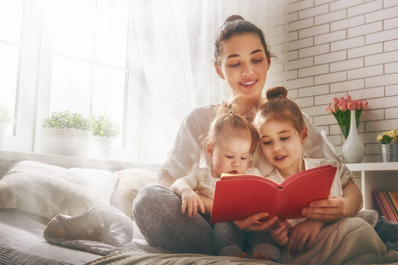 familia feliz leyendo un libro