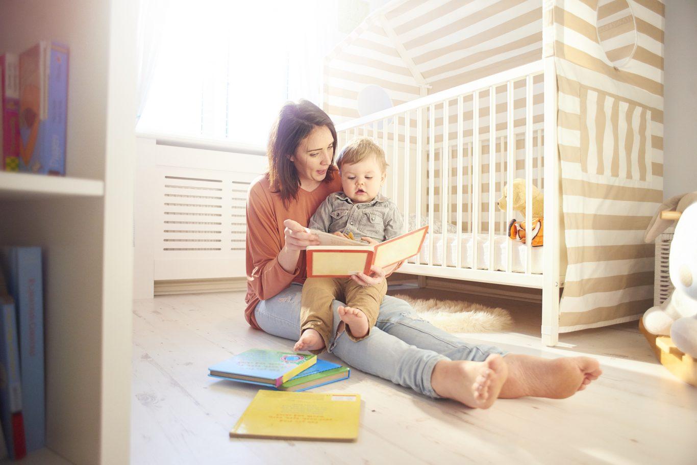 mama leyendo un cuento al bebe