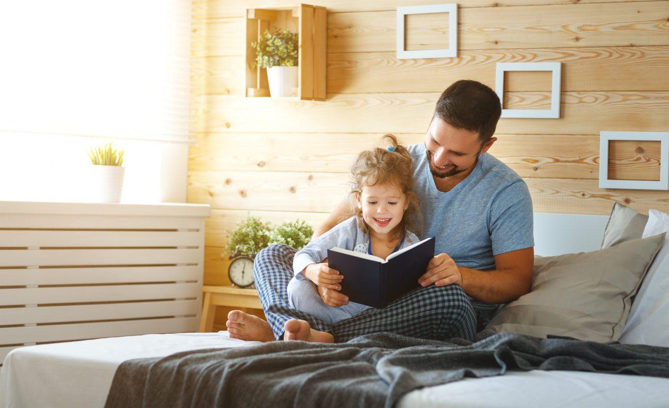 papa leyendo a su hija un libro