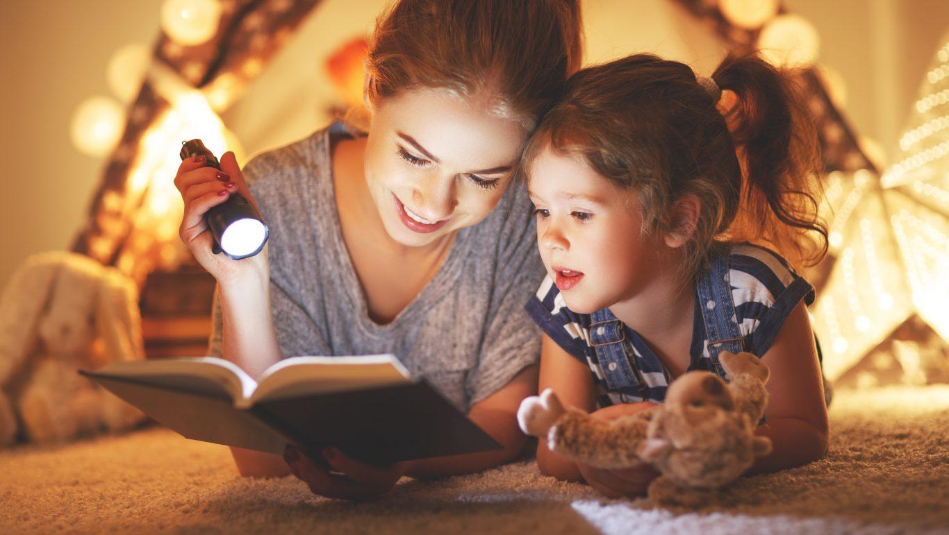 mama e hija leyendo un libro
