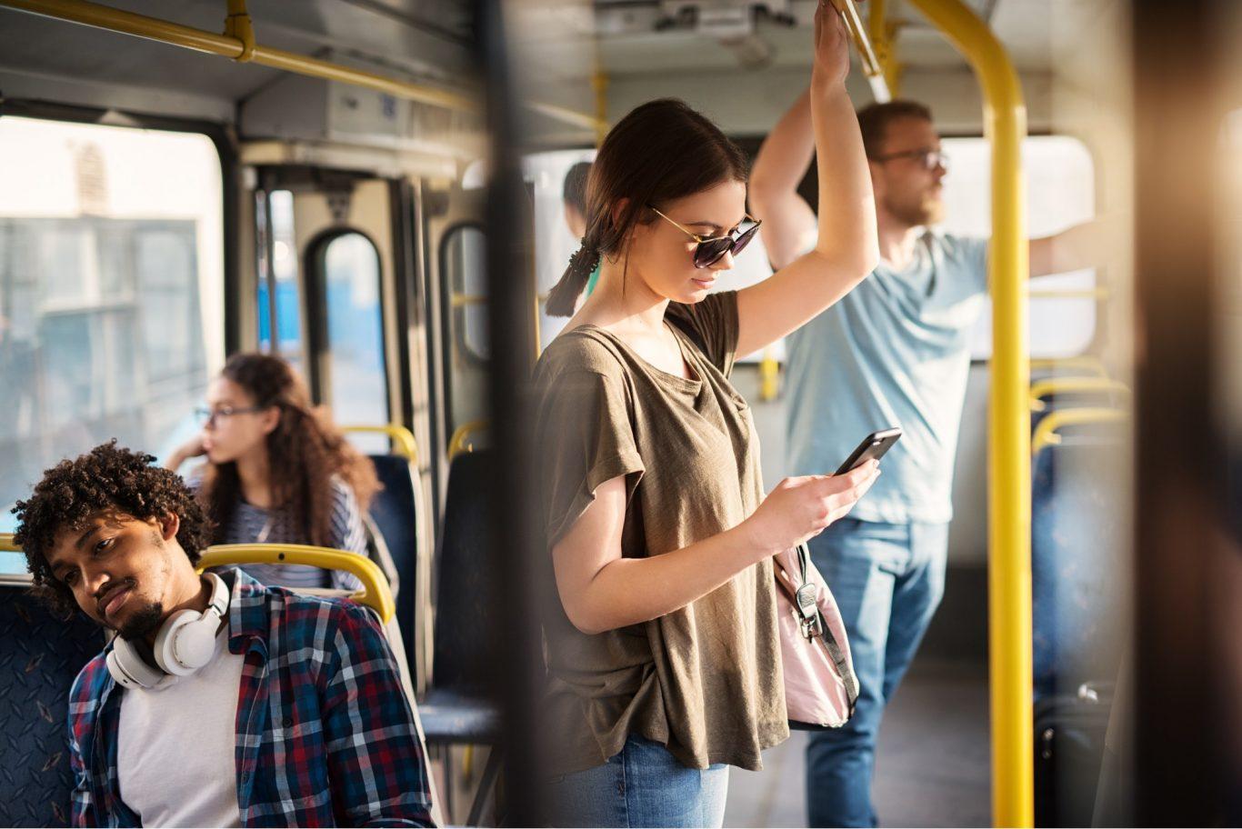 mujer en transporte