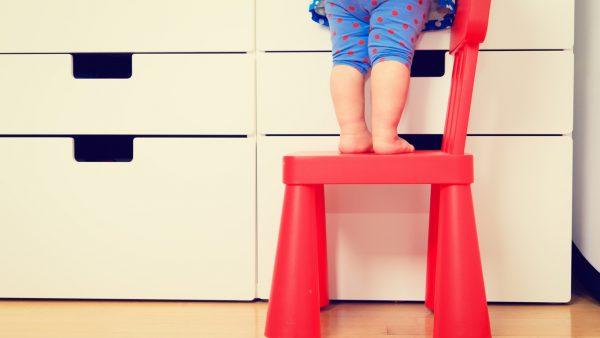 niño sobre silla vivienda segura