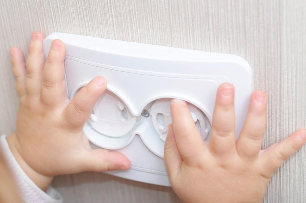 enchufe dedos niños