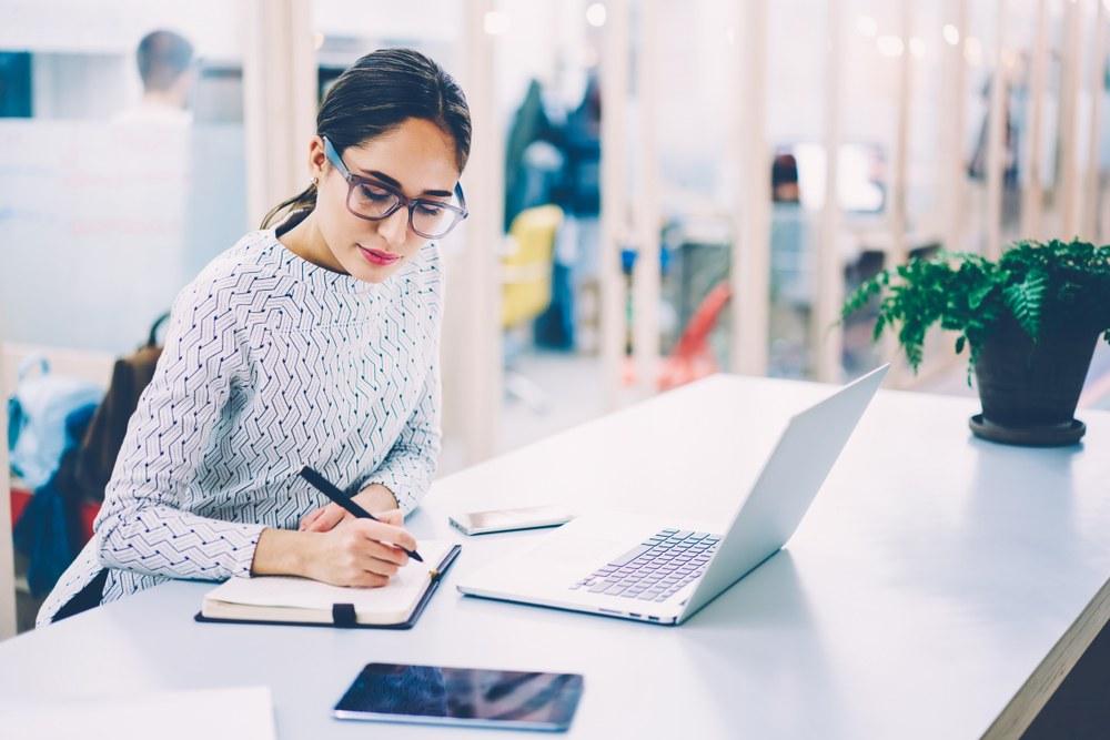 mujer-escribiendo-para-organizar