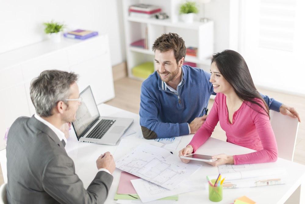 pareja revisando planos de vivienda
