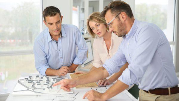 personas revisando proyecto planos