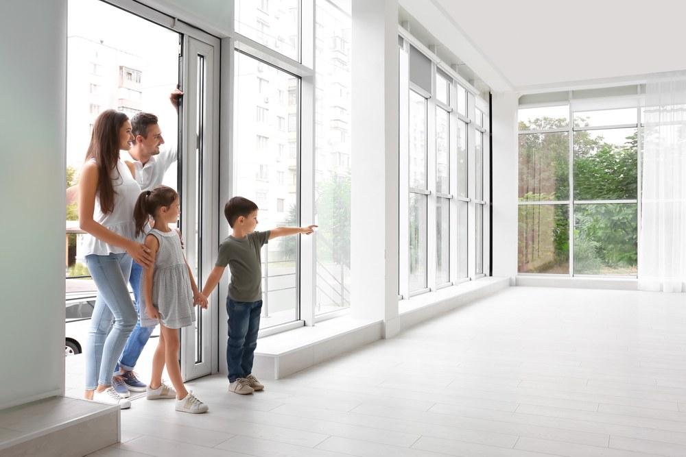 Familia entrando a casa nueva