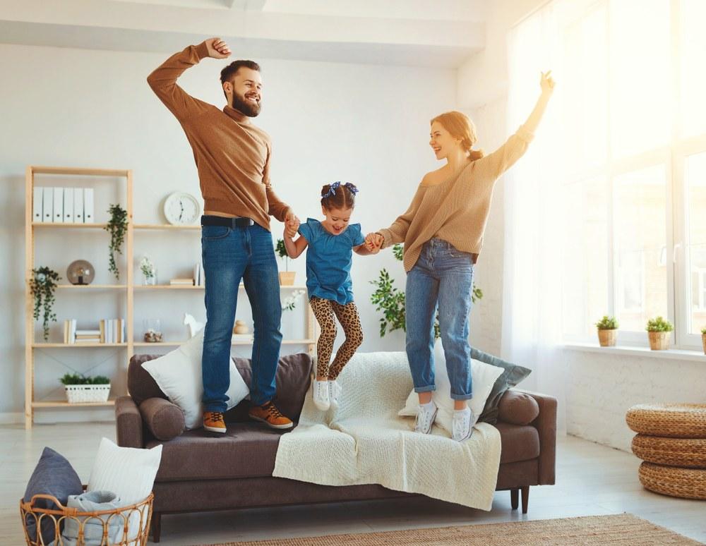 Familia feliz en su casa Gran Salón Inmobiliario