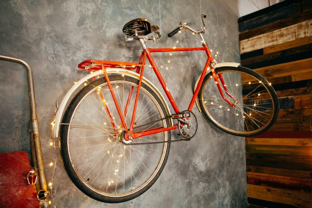 bici colgando en la pared