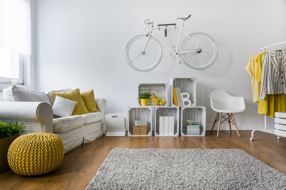 bicicleta colgada en sala