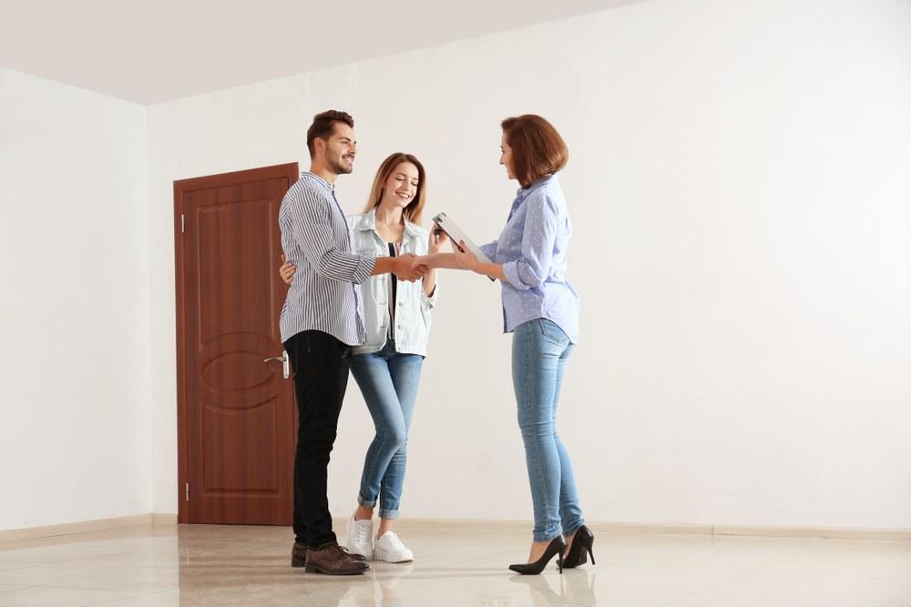 pareja firmando contrato de arrendamiento