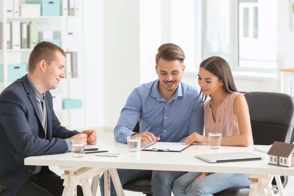 pareja revisando contrato de arrendamiento
