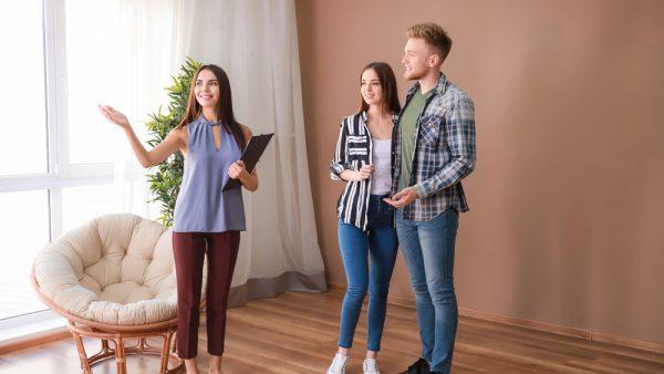 pareja pensando en un contrato de arrendamiento