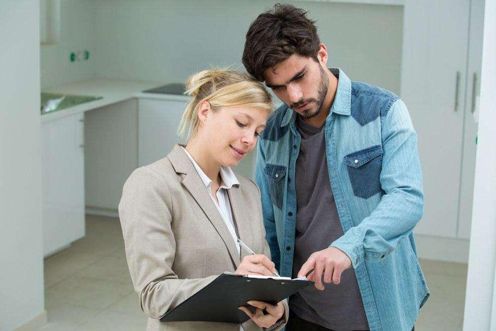 persona hablando con un asesor inmobiliario
