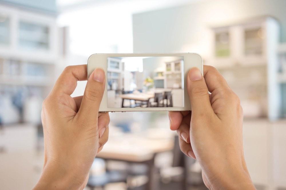 persona tomando foto de apartamento