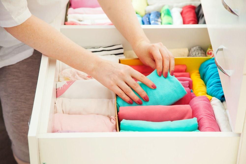 Doblar ropa de forma vertical, idea para organizar la casa