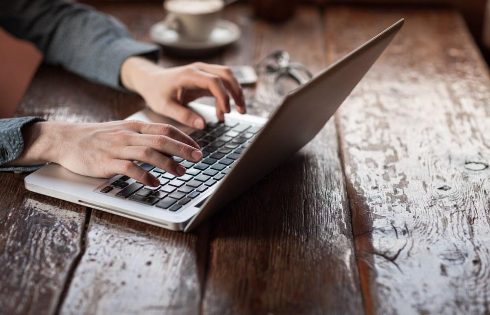 Manos escriben en computador