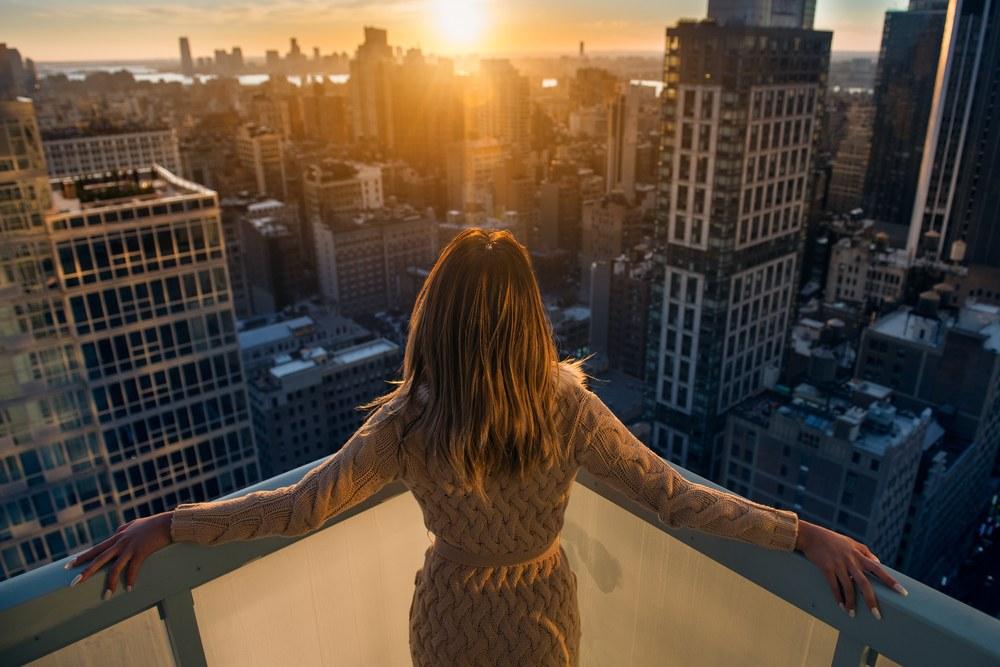 mujer en apartamento con piso alto