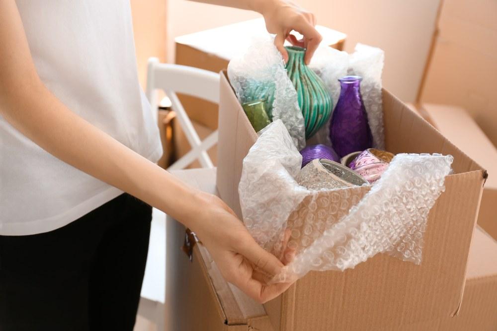 mujer seleccionando objetos para mudarse