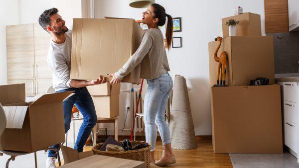 pareja cargando una caja en mudanza
