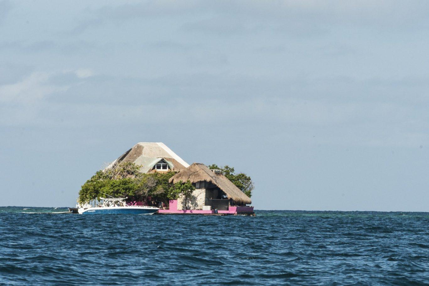 Isla Rosa en medio del mar