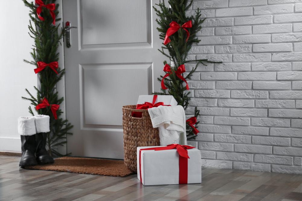decoración navideña en la entrada de tu casa