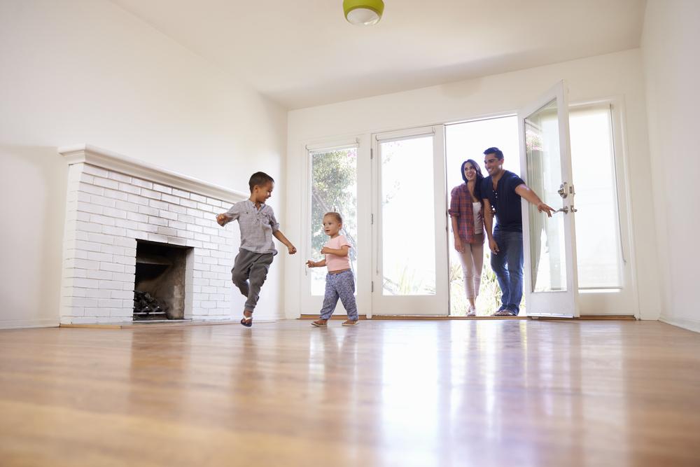 familia entra a vivir en apartamento