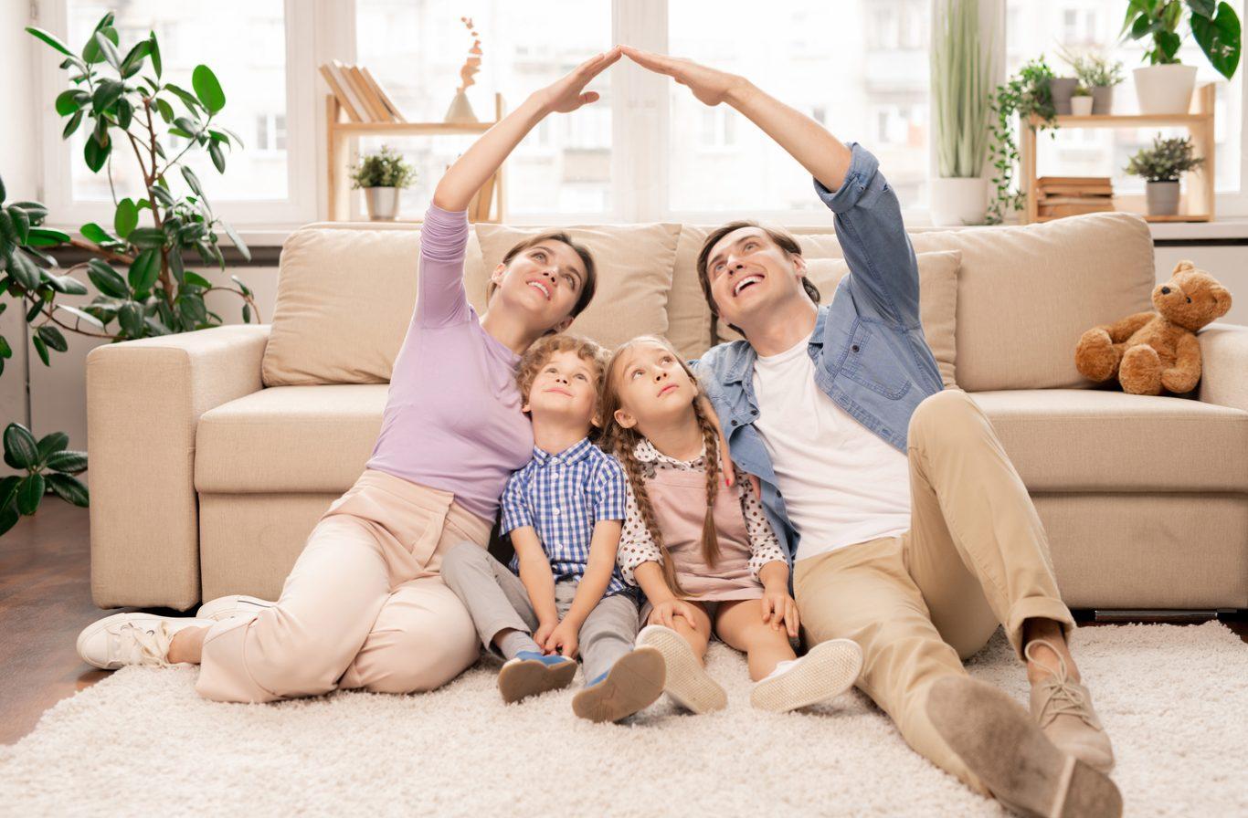 familia feliz por vivir en apartamento