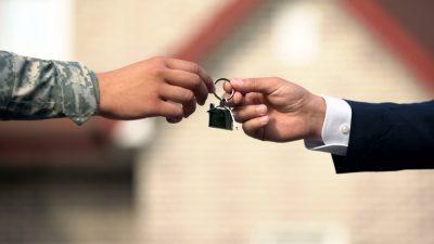 militar recibiendo llaves de su casa