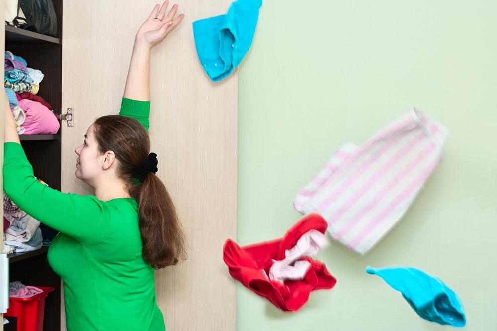 mujer organizar y ganar espacio