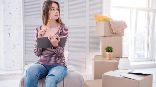 mujer pensando en cosas que debe sacar de su casa antes de los 30