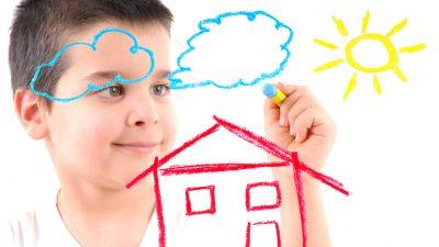 Niño dibujando mejor momento para comprar vivienda