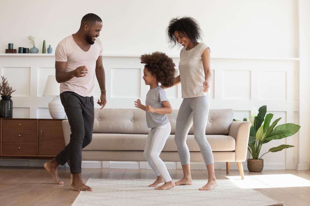 familia bailando actividades para ninos