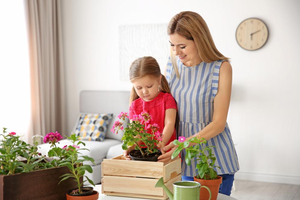 mama e hija sembrando en casa