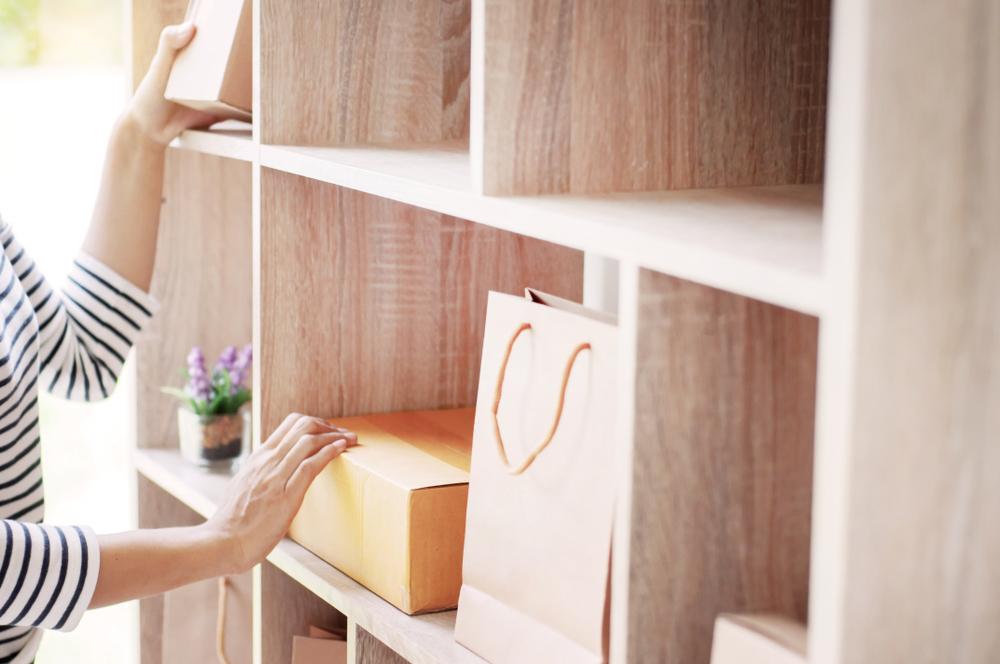 mujer ordenando closet