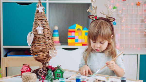 niña haciendo arbol navidad