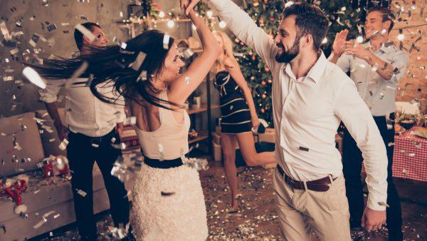 personas se divierten en fiesta de fin de año en casa