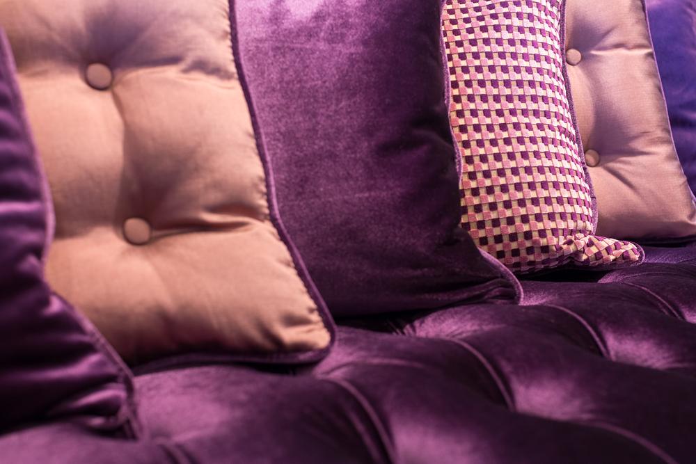 cojines de terciopelo morado y lila
