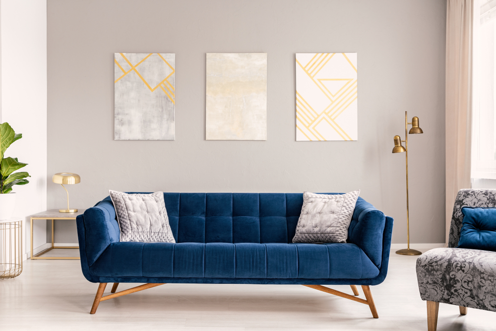 mueble de terciopelo azul en sala