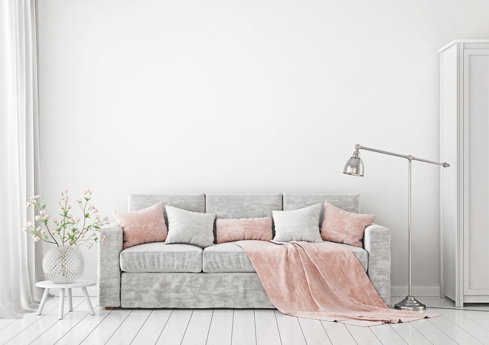 mueble de terciopelo gris y rosado en sala gris
