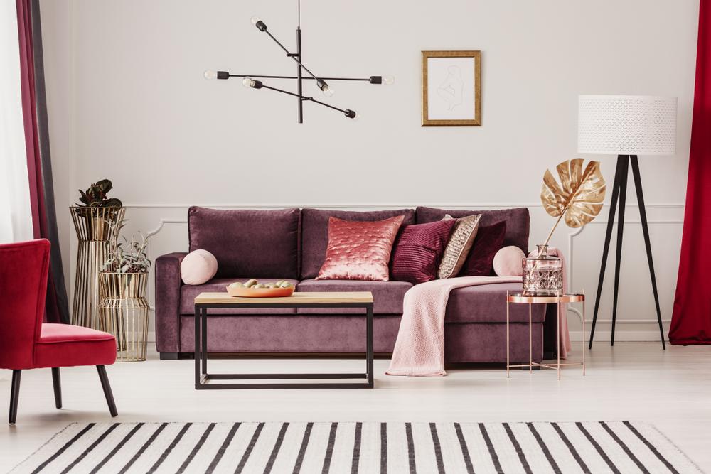 sala con sofá morado