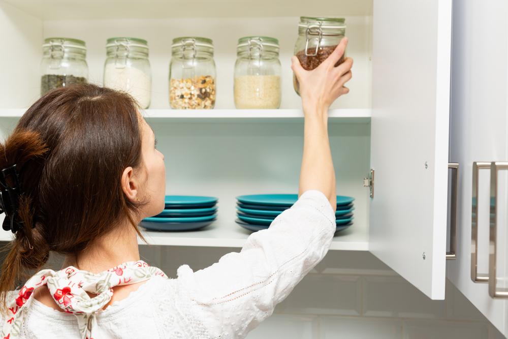 sistema de organización The Home Edit en la cocina