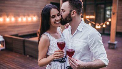 pareja celebrando san valentin en terraza