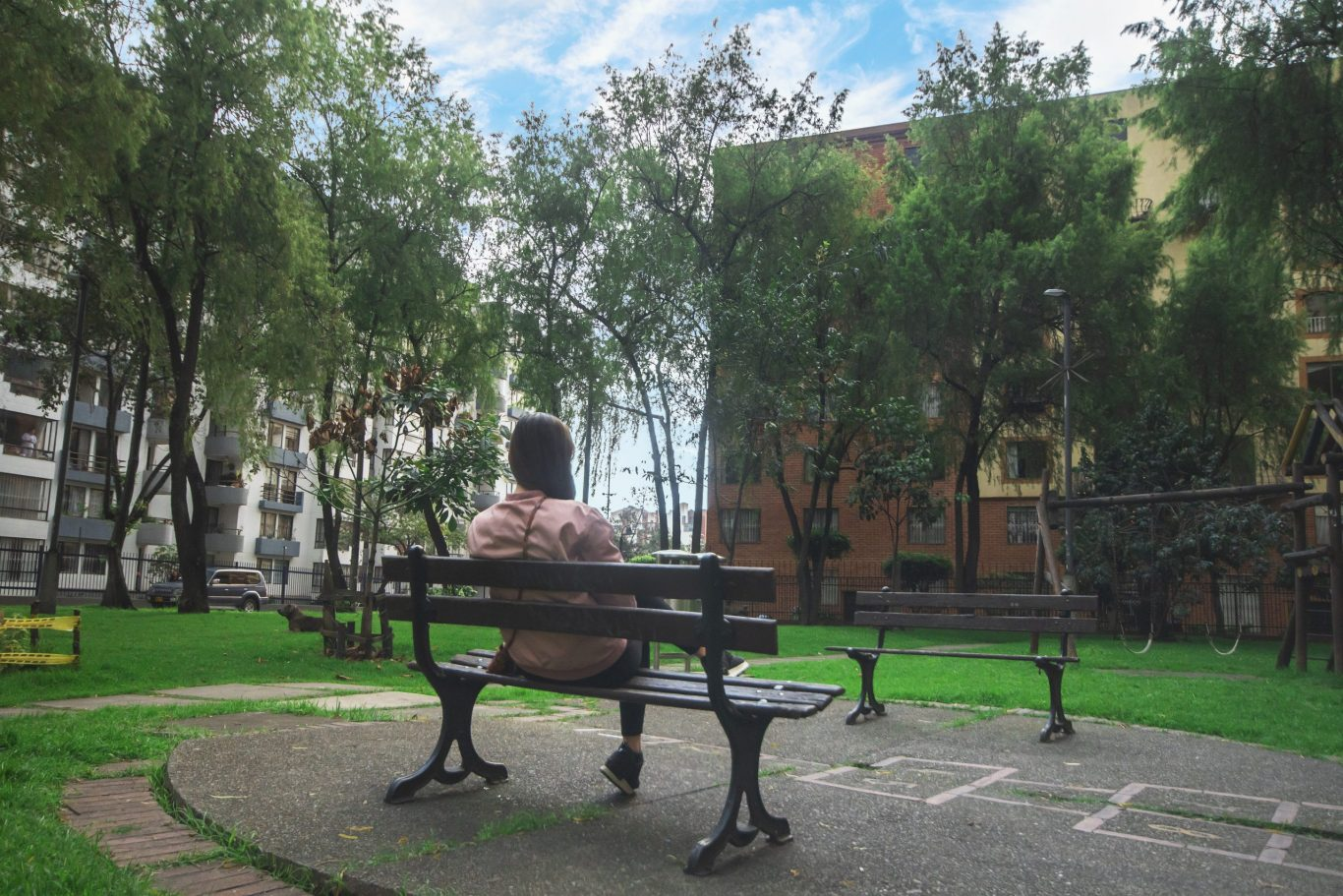 mujer sentada en un parque de Fontibón