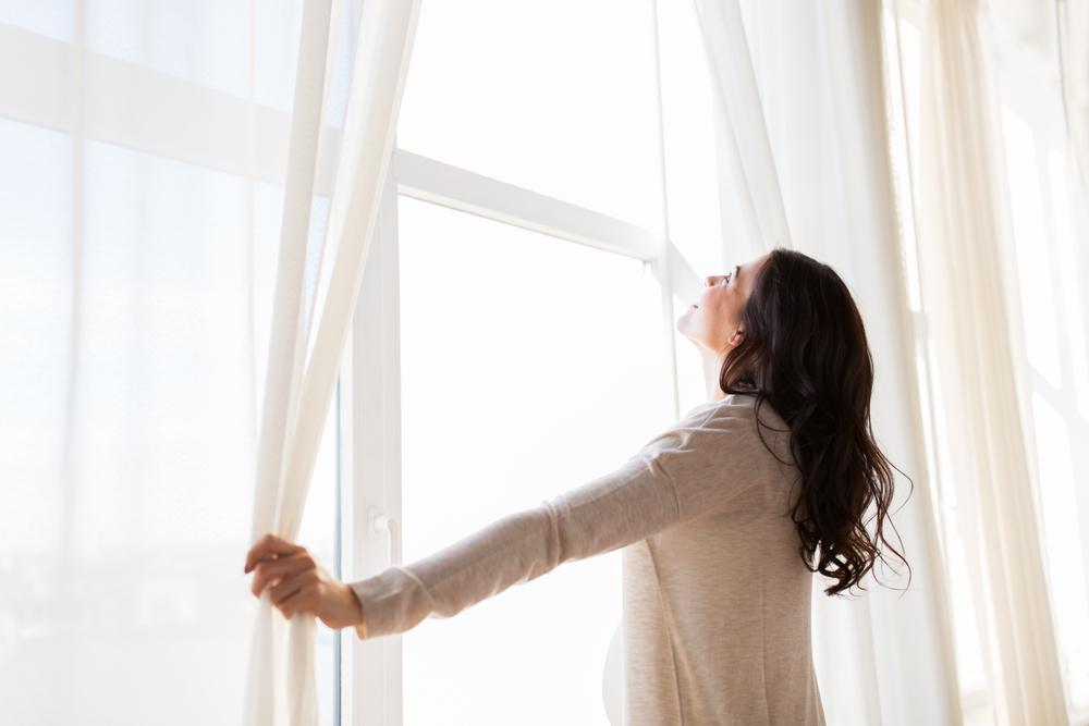 Abriendo ventana para sacar malas energías