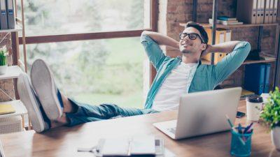 hombre disfruta de beneficios del Home office