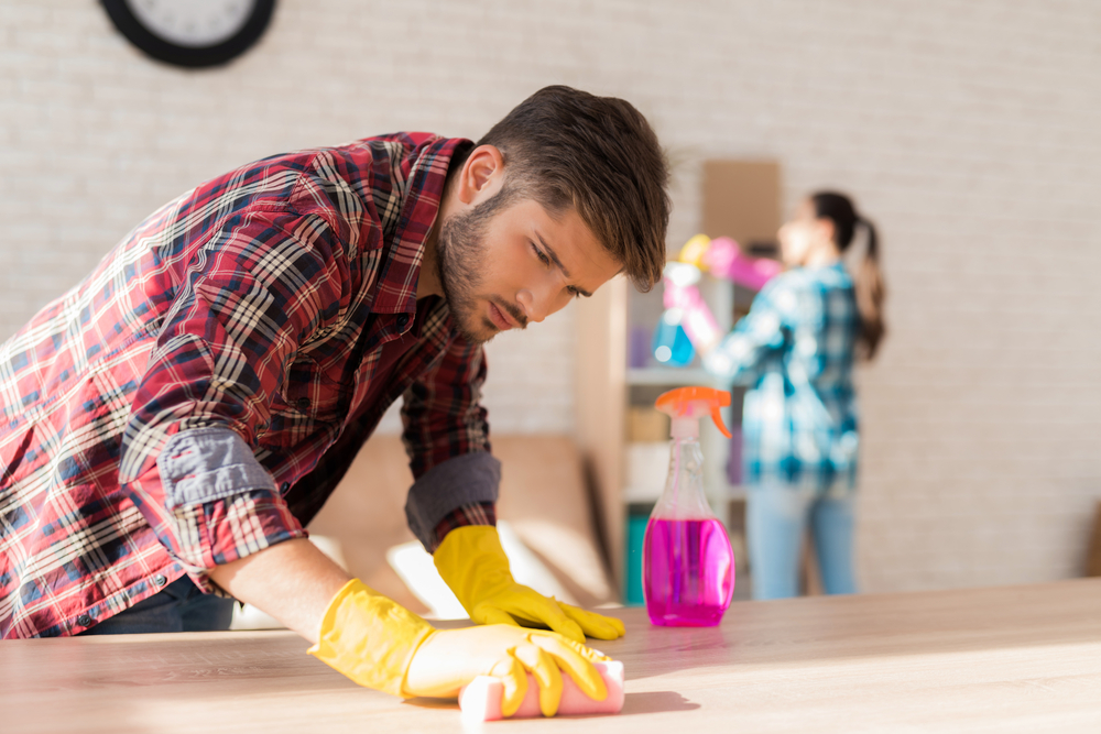 hombre limpiando mesa para prevenir coronavirus