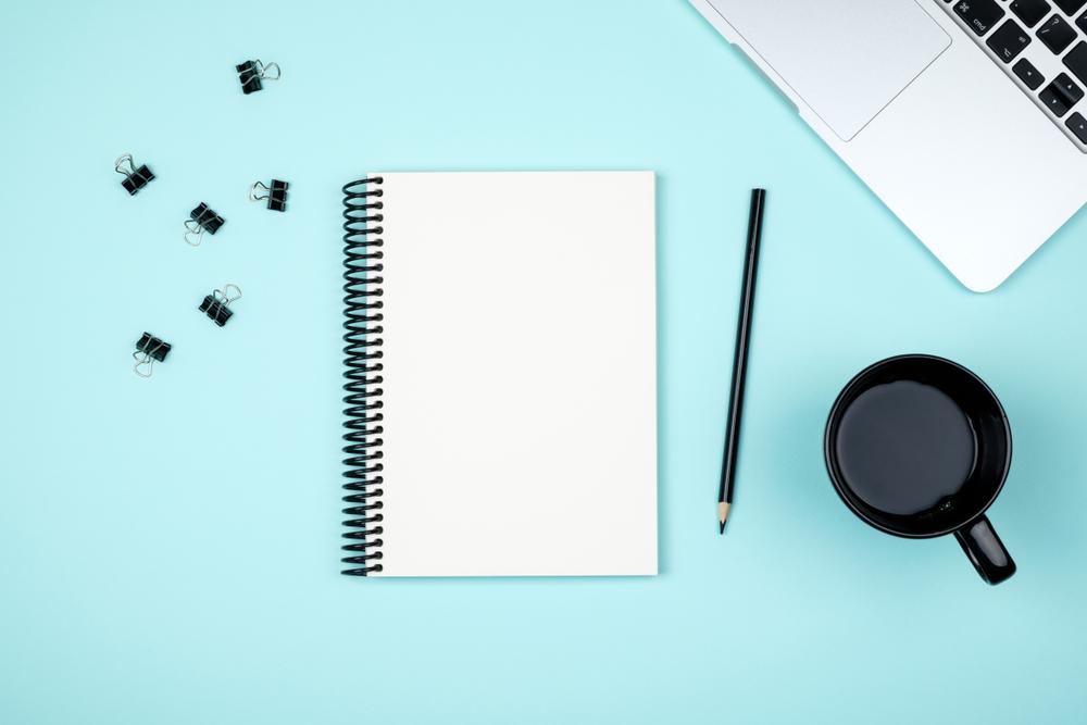 Agenda, lápiz y café